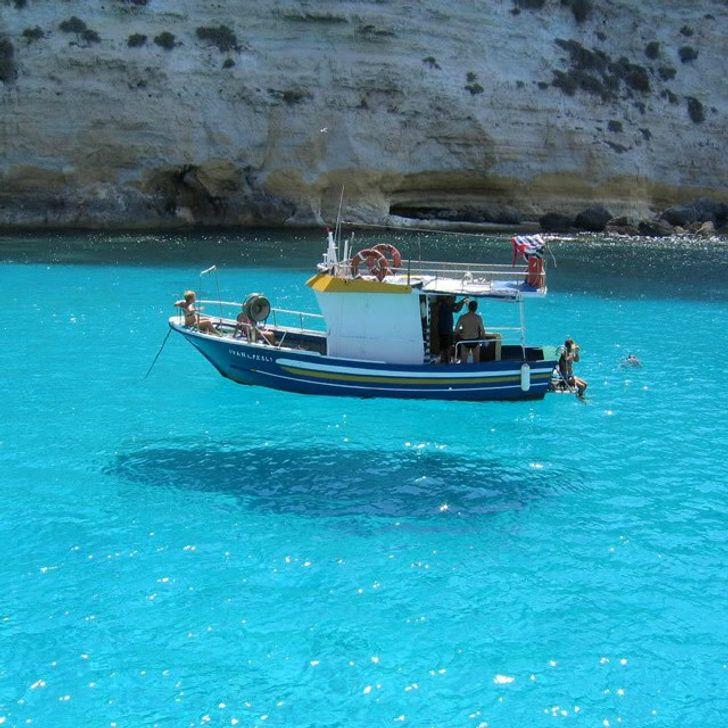 barca sembra fluttuare