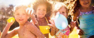 Bambini che giocano con palloncini ad acqua
