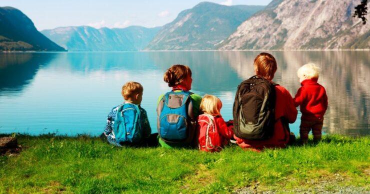Famiglia in montagna con bambini
