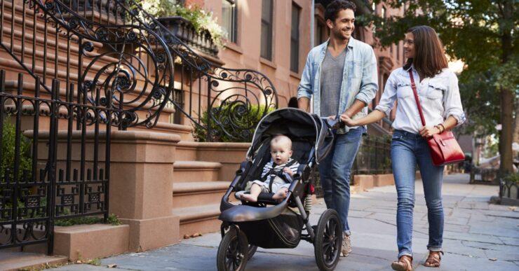 Genitori con passeggino