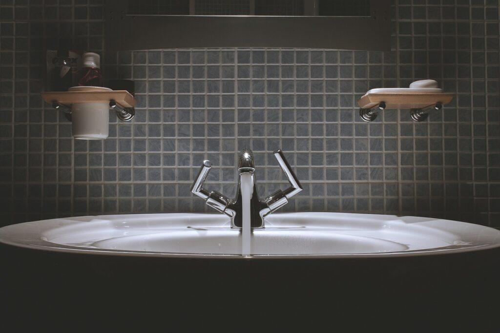 Dentifricio per pulire le fughe delle piastrelle del bagno