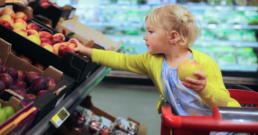 Bambino nel carrello della spesa