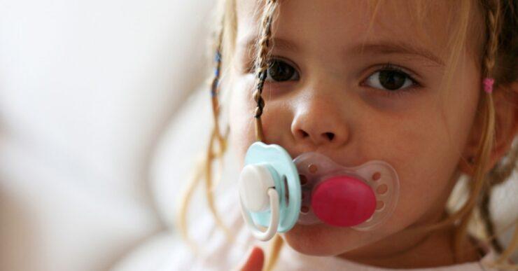 Bambina con ciuccio