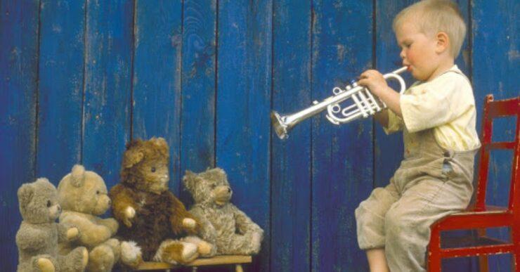 Bambino che suona la tromba