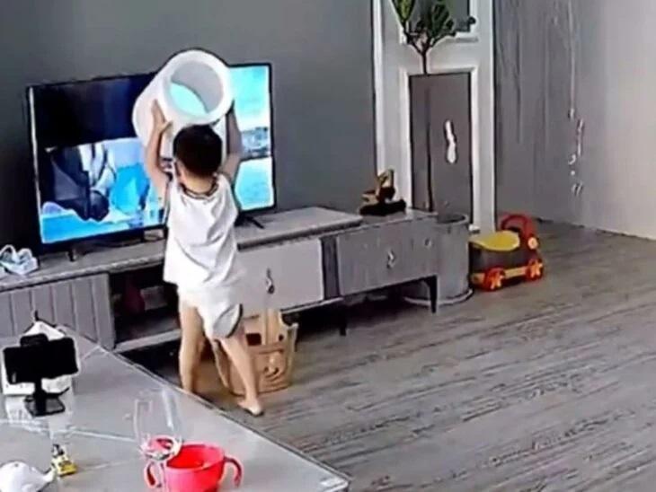 bambino stava guardando la televisione