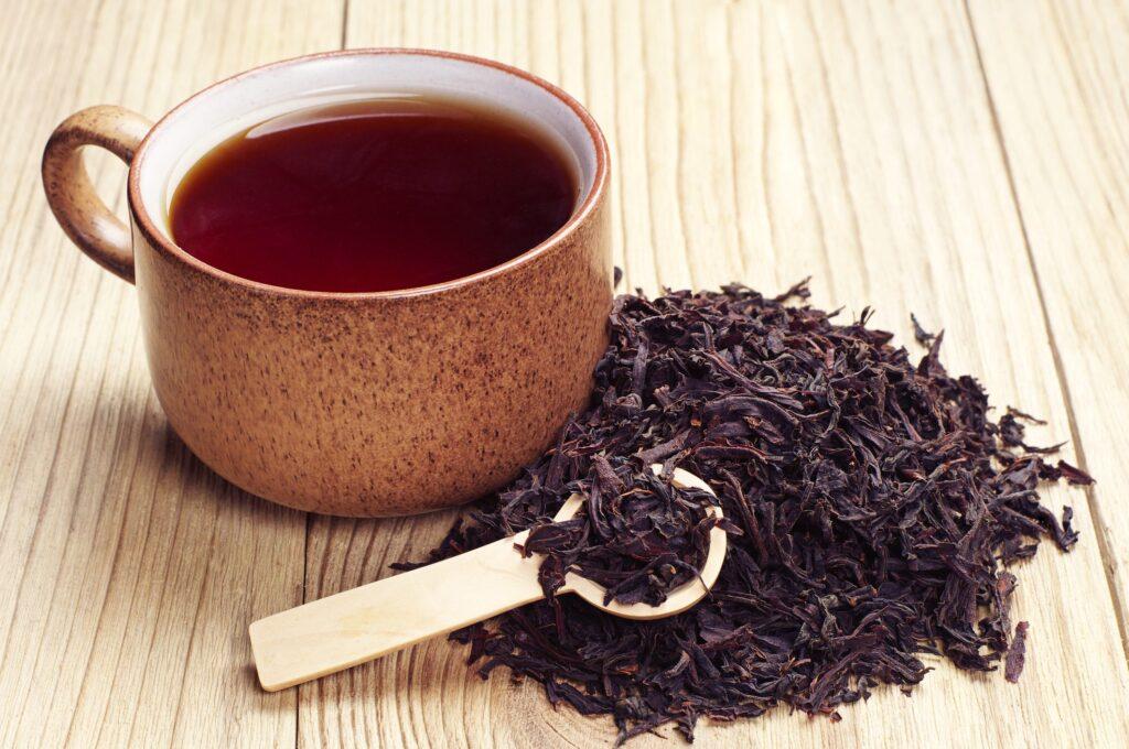 Tè nero contro i capelli grigi