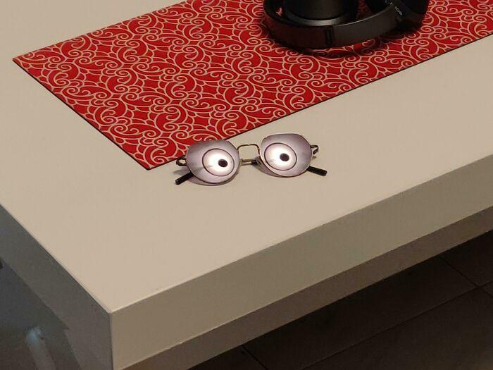 Il riflesso della lampada negli occhiali da sole
