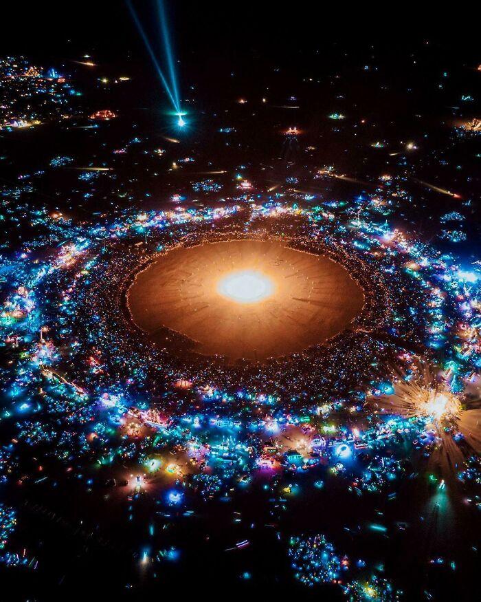Una foto di Burning Man che sembra un sistema solare