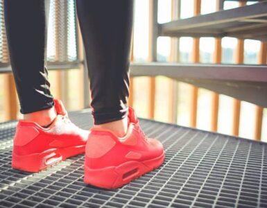 donna con scarpe sportive