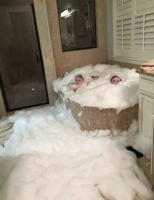 bambini a lavarsi da soli