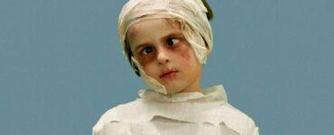 Bambino vestito da mummia