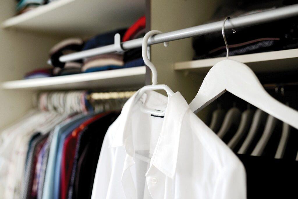 Come appendere le camicie nell'armadio