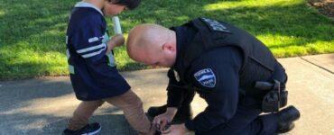 poliziotti vedono un ragazzo scalzo