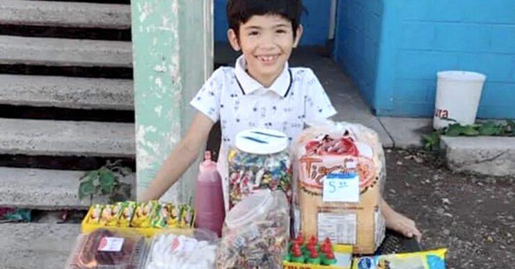 Ragazzo messicano vende dolci